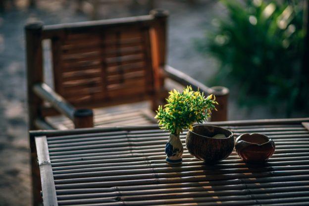 Planter og pynt står på bord i have
