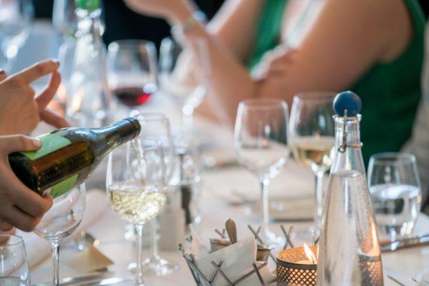 Champagne bliver hældt op til fest