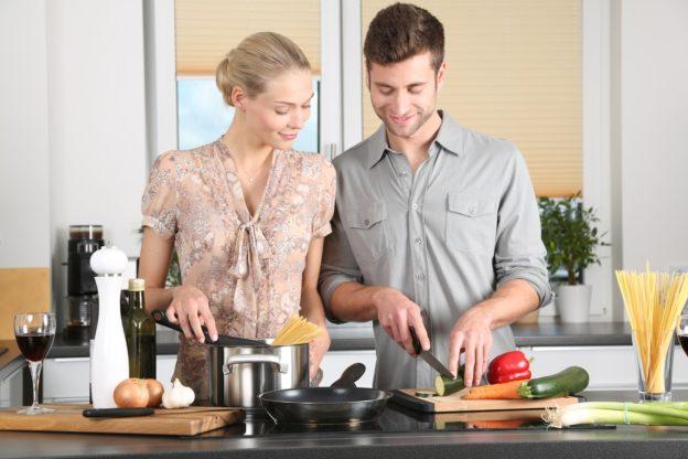Familie laver mad sammen i nyt køkken